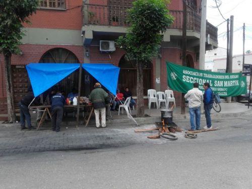Manifestantes de Salvador Mazza frente al edificio municipal