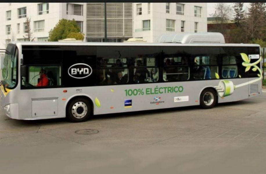 Una de las unidades de transporte público eléctrico que existen en Chile con tecnología menos contaminantes.