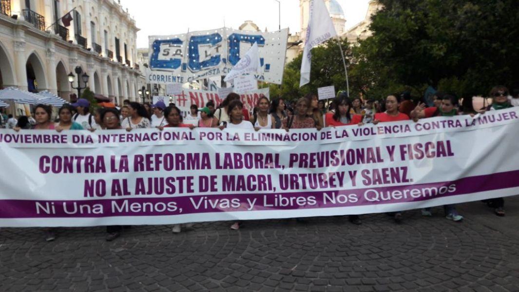 Por el Dia Internacional de la Violencia contra la Mujer, en Salta cerca de 1500 personas marcharon por las calles del centro.