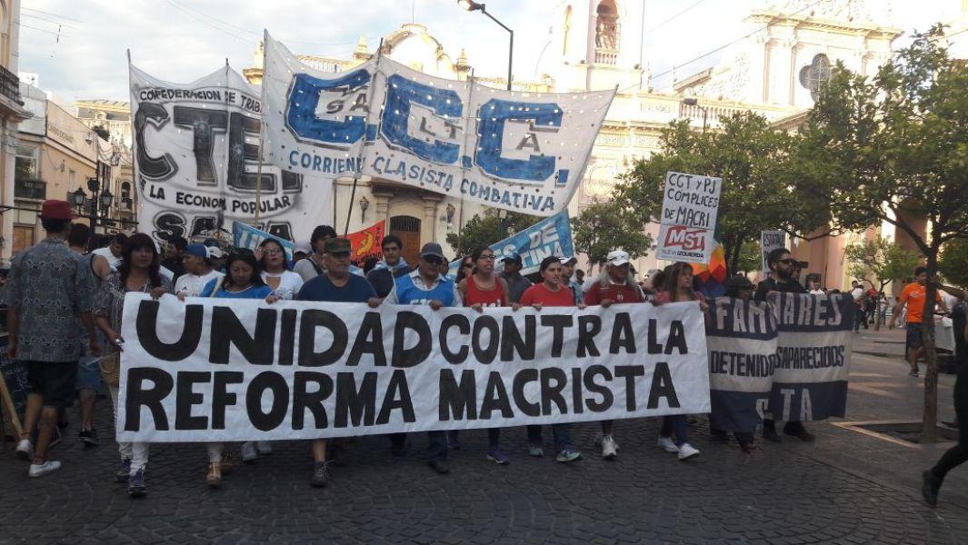 En Salta los gremios reunieron mas de tres cuadras de manifestantes en la marcha contra las reformas del gobierno.