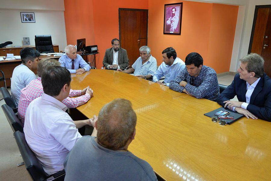 El ministro Marcelo López Arias encabezó la reunión con los familiares del joven asesinado.