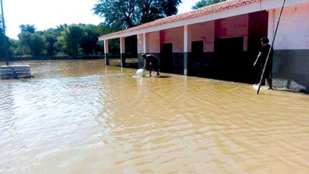 La escuela en el paraje San Felipe, Rivadavia. Se alertó ayer por los altos niveles de los ríos de la cuenca del Bermejo.
