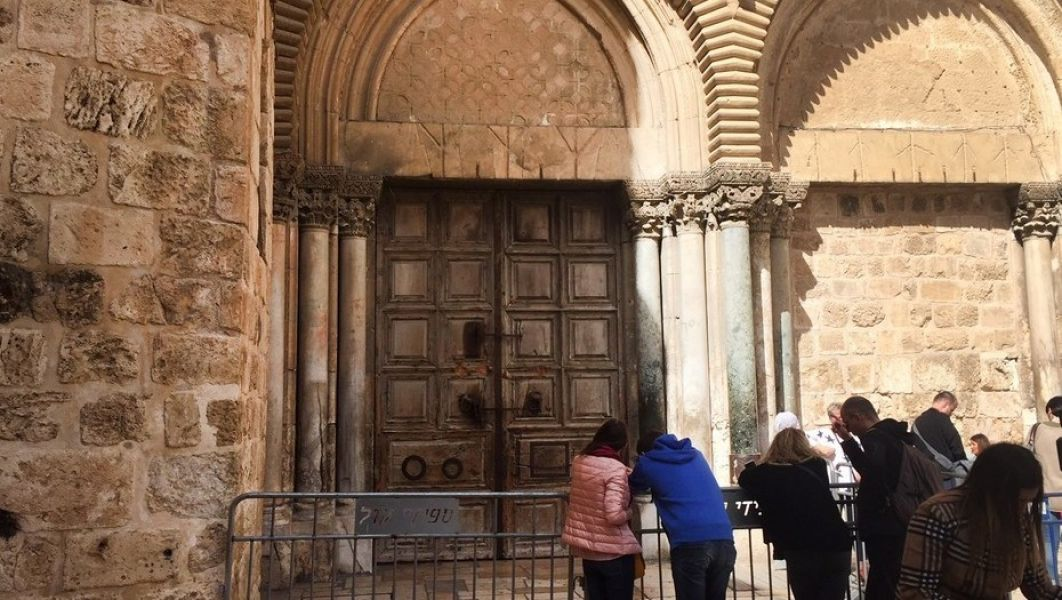 Ante el cierre del templo, los fieles decidieron orar en la puerta.