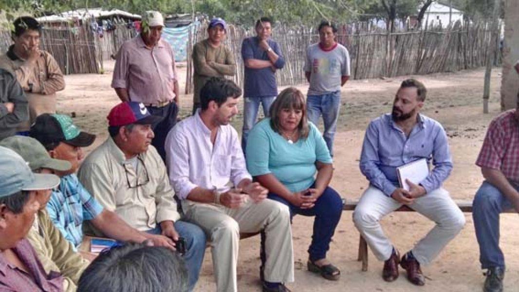 La ministra de Asuntos Indígenas, Edith Cruz y el titular del ANSeS, Emilio Basavilbaso, en reunión con originarios en Rivadavia.