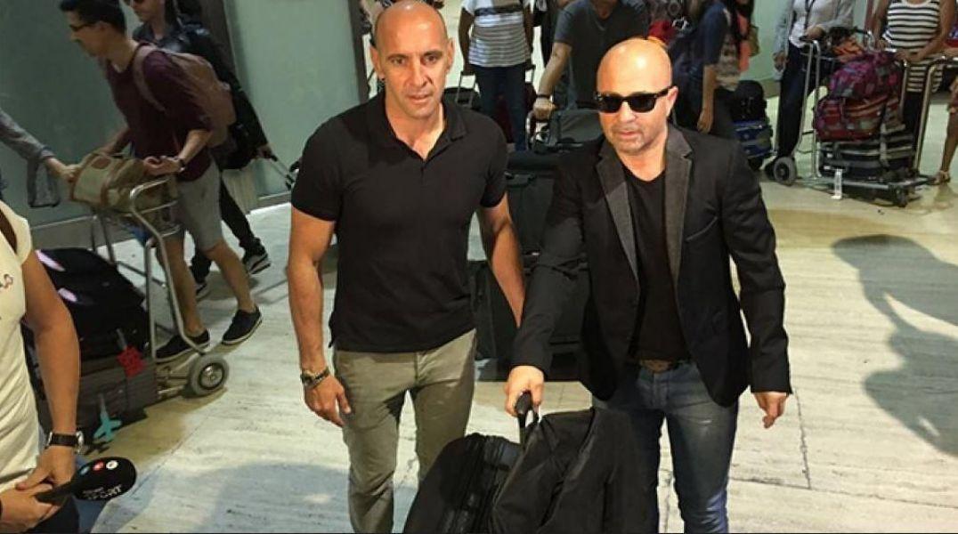 Jorge Sampaoli viajó a Europa para reunirse con Messi y afirmó que esperará a Gago, aunque quiere dar la lista lo antes posible.