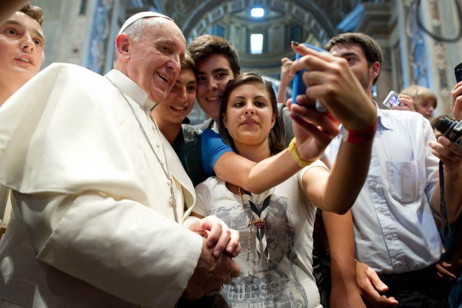 Francisco posa con unos jóvenes peregrinos. Se cumplen 5 años de su elección el 13 de marzo de 2013.