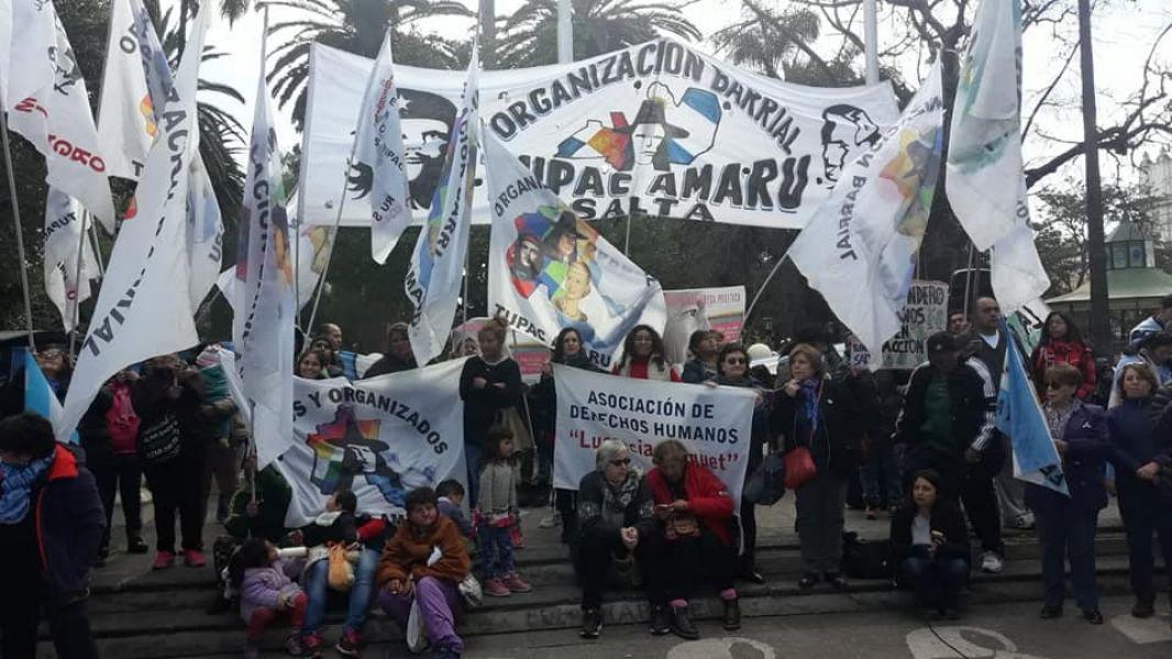 En la plaza 9 de Julio se concentró una populosa manifestación de distintas facciones partidarias y consignas contra los recortes que pide el FMI.