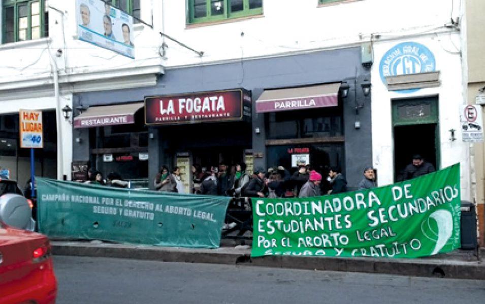 Organizaciones que luchan por los derechos de las mujeres realizaron ayer un pañuelazo frente a la sede de la CGT de Salta.
