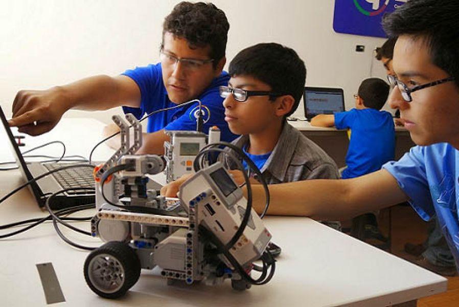 La exposición de robótica, feria de proyectos de impresión 3D, videojuegos, automatización y charlas se desarrollará durante toda la jornada de hoy.