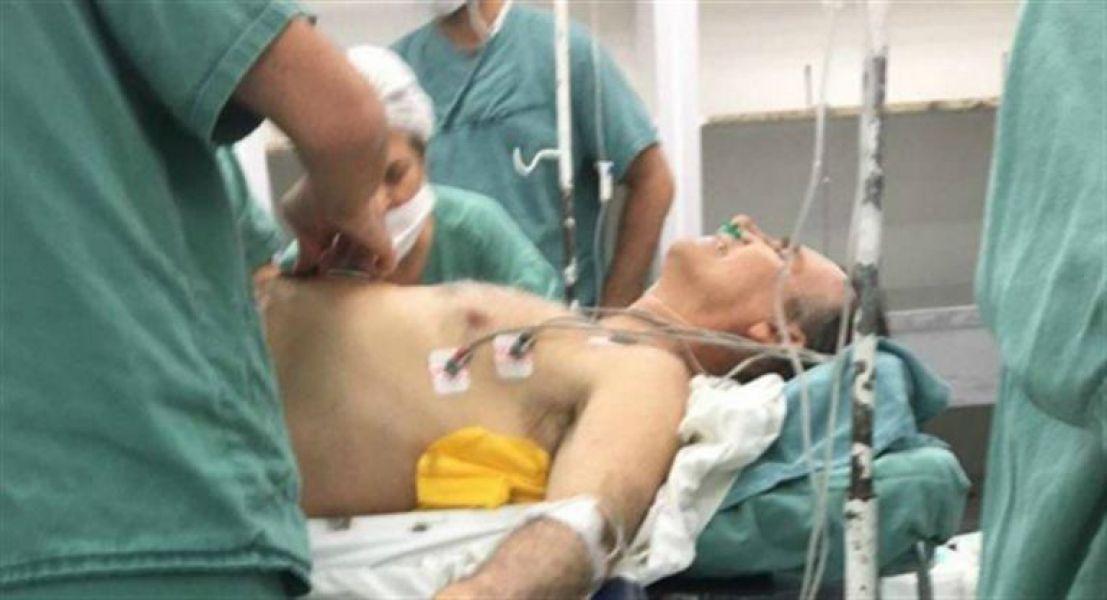 El candidato de ultraderecha Jair Bolsonaro fue intervenido por sus heridas y esta es la imagen trascendió en todo Brasil.