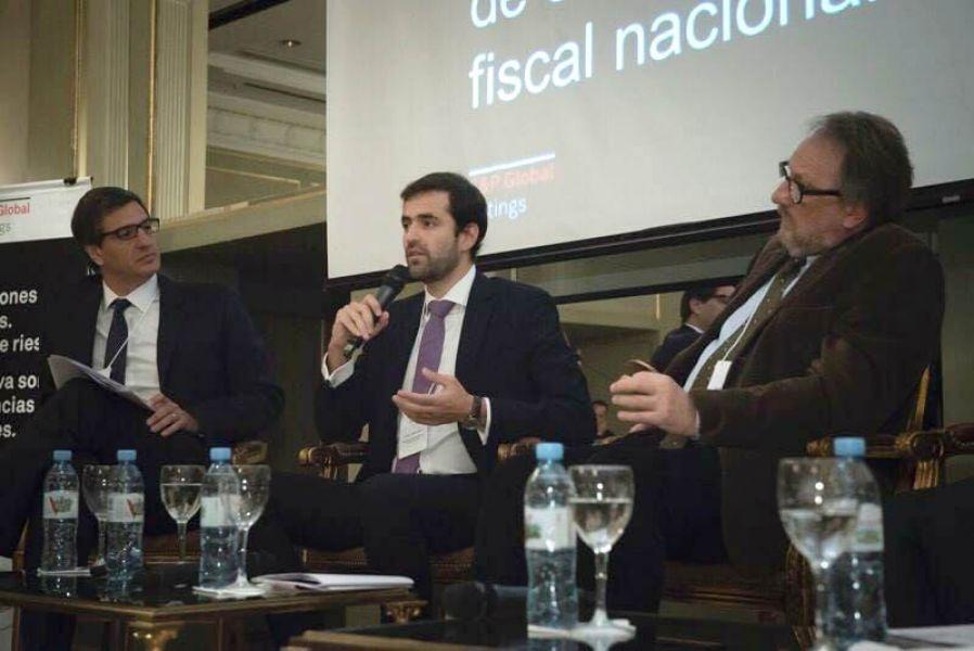 El ministro de Economía de Salta, Emiliano Estrada (centro) en el panel.