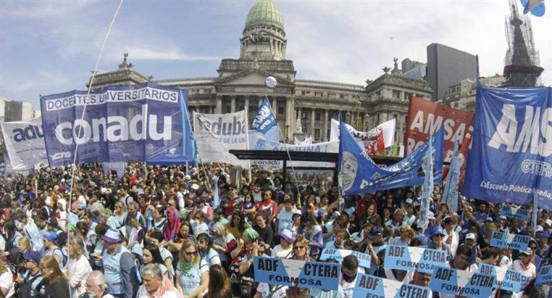 Los gremios docentes reclamaron en la marcha condiciones dignas para enseñar y repudiaron el ataque a Corina de Bonis.