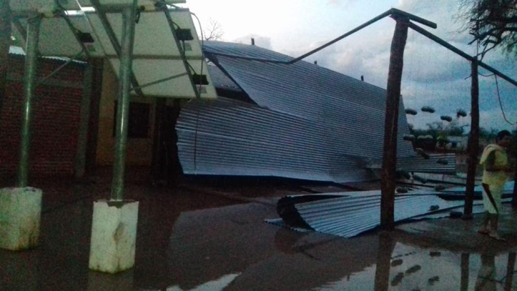 La comunidad wichi Misión San Paticio se encuentra aislada por el temporal y la Escuela 4201, se quedó sin el techo de su galería.