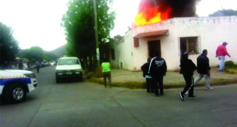 Incendio en el barrio Miguel Ortíz provoco la perdida total de la vivienda, en el lugar se vivieron momentos de desesperación.
