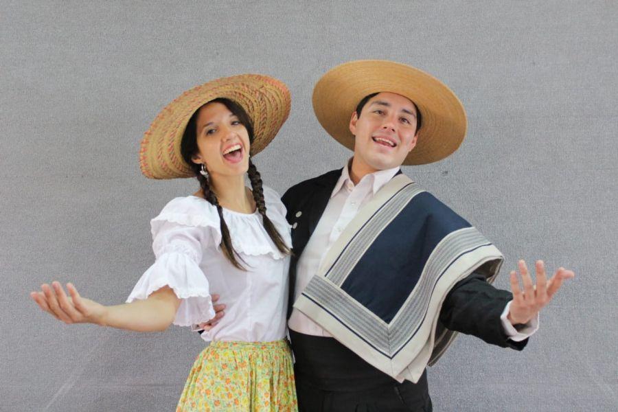 """Los cantante de la obra """"Carmela en la pérgola de las flores"""": Carmela es Luz Larraux y Pablito es Pablo A. Reartes."""