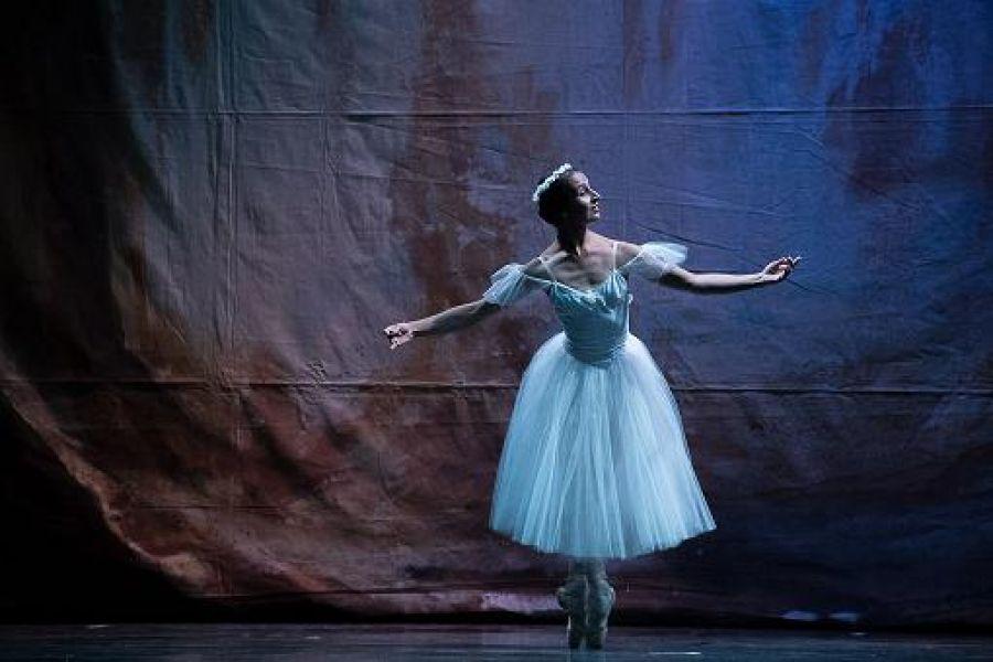"""""""La Sylphide"""" obra de dos actos de la que participan más de 40 bailarines."""