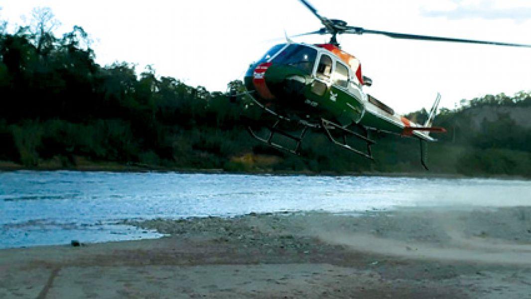 Con un helicóptero de la Gendarmería se rescató a una docena de personas aisladas por la imprevista crecida del Río Pescado.