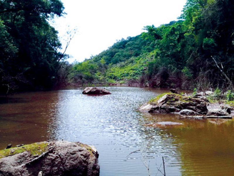 Por una falla geológica natural cayeron grandes rocas sobre el arroyo Yariguarenda y genero una laguna, efecto dique.