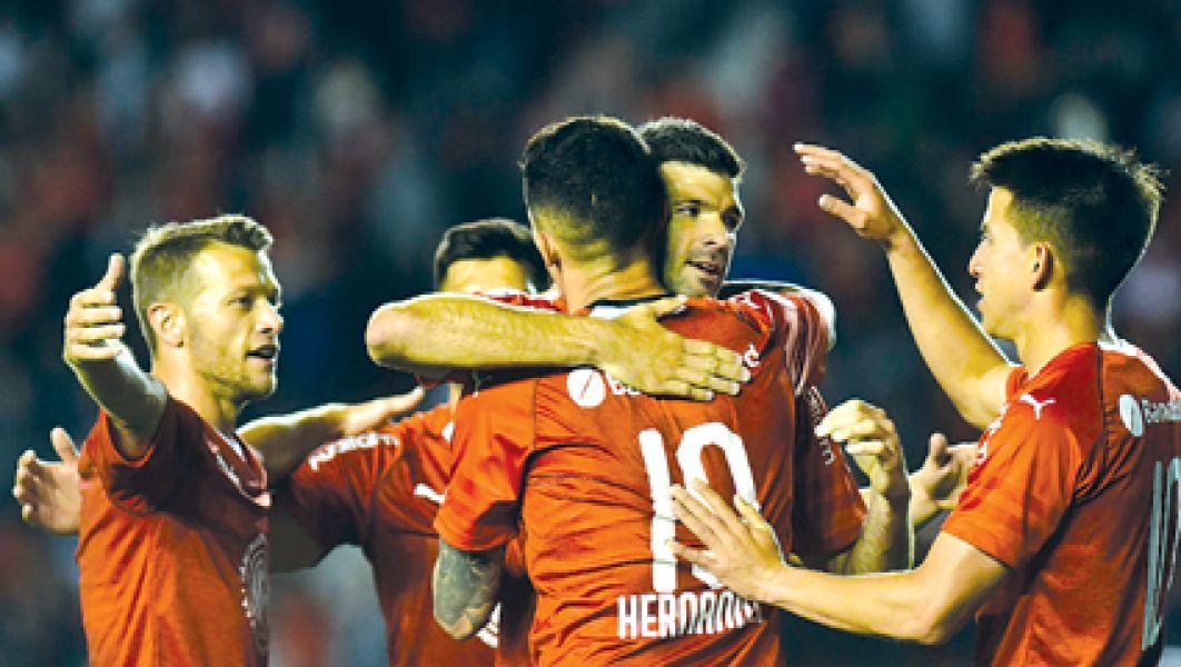 Independiente derrotó a San Martín y se acerca a Racing.