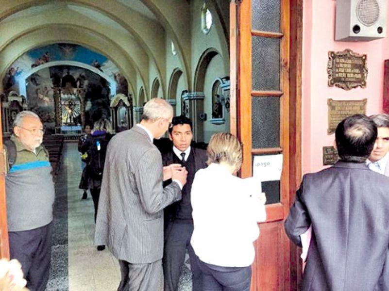 El fiscal Federico Obeid durante la inspección ocular cumplida ayer en la parroquia rosarina.