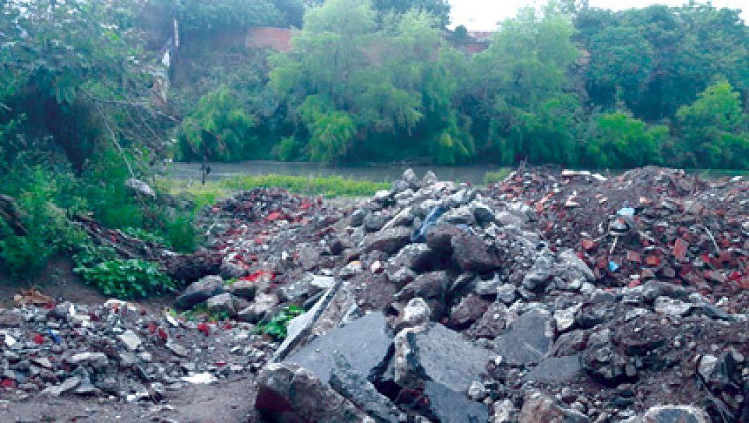 A orillas del río Arenales se siguen acumulando escombros y basura. La Municipalidad responderá al juez sobre los trabajos realizados.