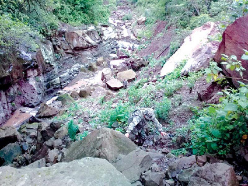 Expertos del Ejército realizaban ayer inspecciones para dinamitar las rocas que taponan el arroyo Yariguarenda.