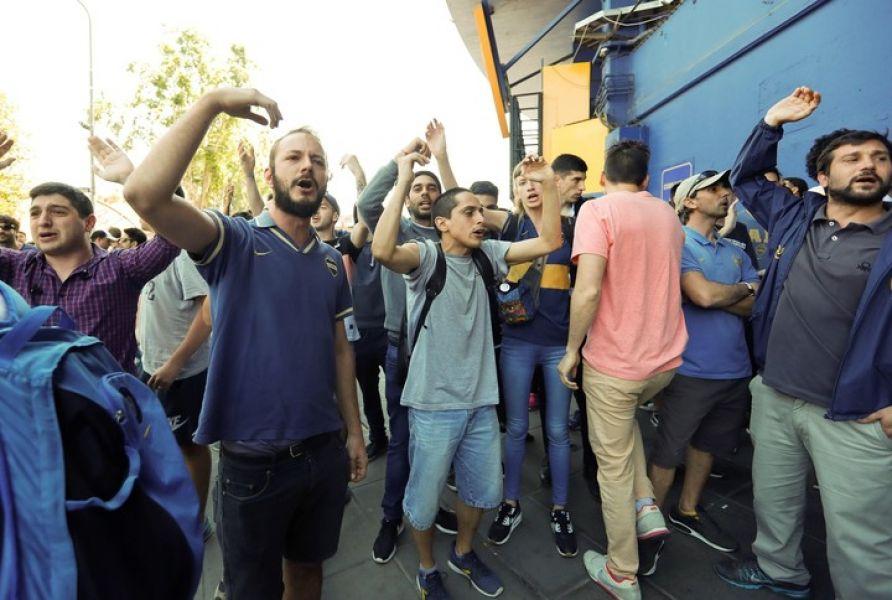 La Policía de Buenos Aires tuvo que intervenir ante los reclamos  desaforados de los hinchas.