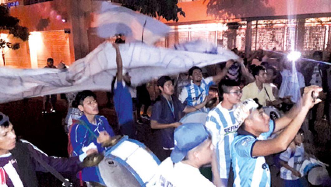 """Los hinchas del """"Albo"""" en el banderazo de anoche."""