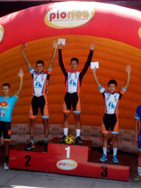 Jairo Ríos en lo más alto del podio junto a sus compañeros Franklin Olmos y Franco Cata en el 1-2-3 de la 4a etapa.