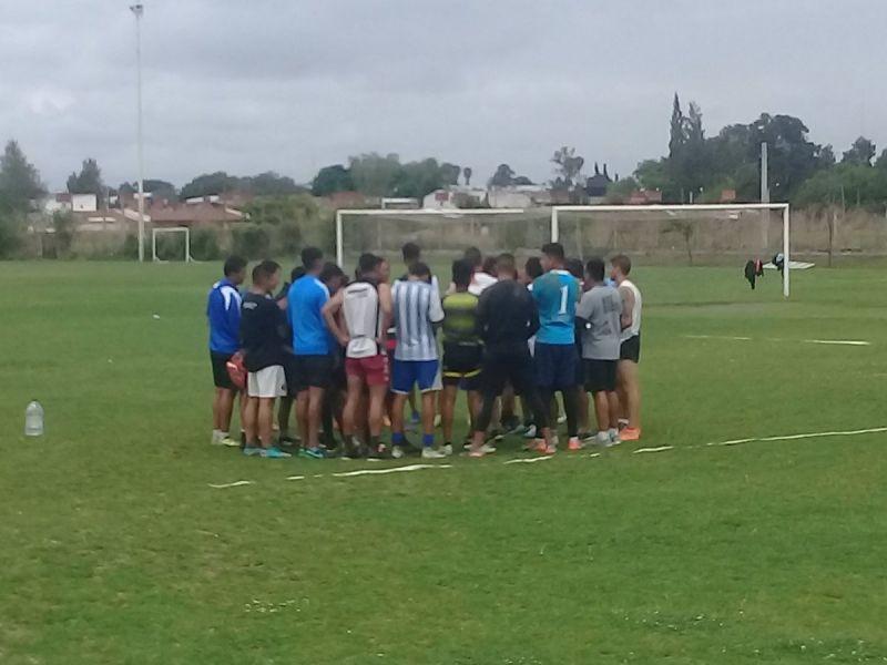 Un entrenamiento sin indumentaria oficial y lejos del club fue una medida del plantel de Juventud ante la falta de pago. Gentileza: Rodrigo Ramos