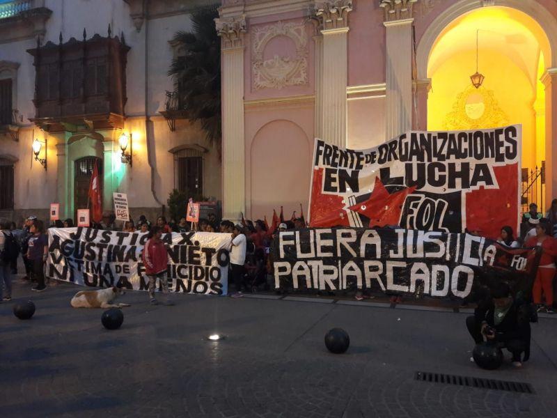 Repudio de mujeres en Salta frente a la Catedral en adhesión a la movida nacional por el polémico fallo por el femicidio Lucía Pérez.