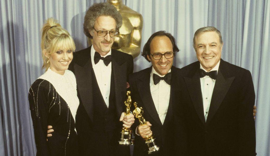 Olivia Newton-John, David Shire, Norman Gimbel, y Gene Kelly posan con sus Oscars el 14 de abril de 1980.
