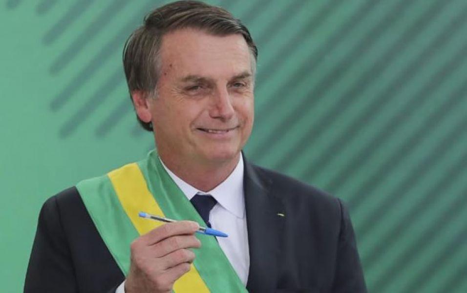 Jair Bolsonaro apenas asumió uso la lapicera para firmar sendos decretos con reducción de sueltos y medidas anti indigenistas, homofóbicas.