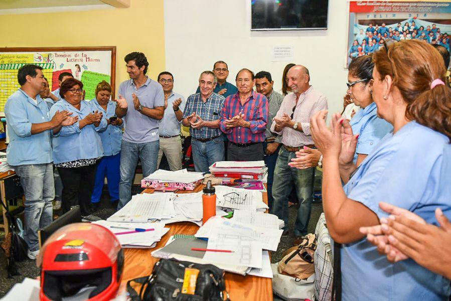 El gobernador junto a otros funcionarios visitaron el hospital de General Mosconi donde recibió el informe de APS.