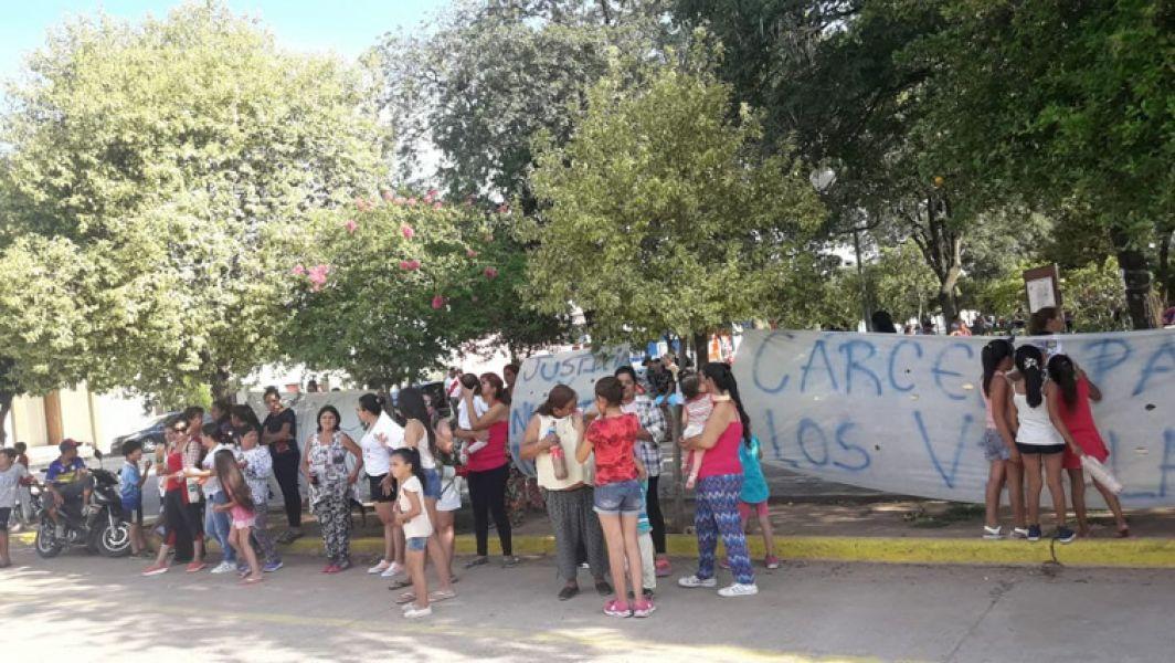Familiares y vecinos se apostaron frente a la comisaría de Las Lajitas, e impidieron visitas a los acusados de violar a una menor.