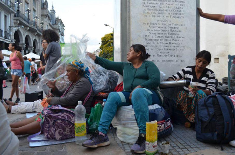 Wichis por un reclamo educativo de la comunidad  Misión Chaqueña en la Plazoleta IV Siglos desde hoy protestarán encadenados.