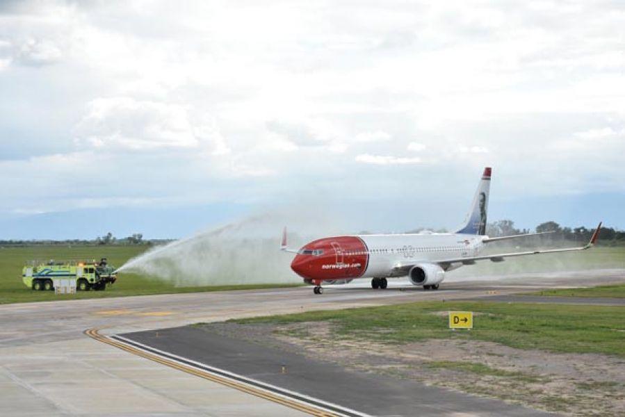 La aeronave recibió el tradicional bautismo de agua en el primer vuelo de Norwegian Air Argentina a Salta.