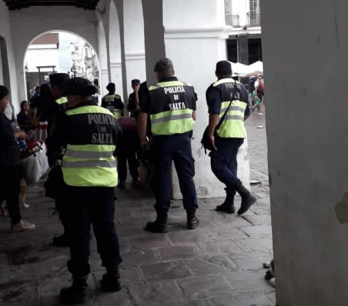 La lluvia obligó a wichis a protegerse y resguardar sus pertenencias bajo El Cabildo, pero la Policía los desalojó por la fuerza.