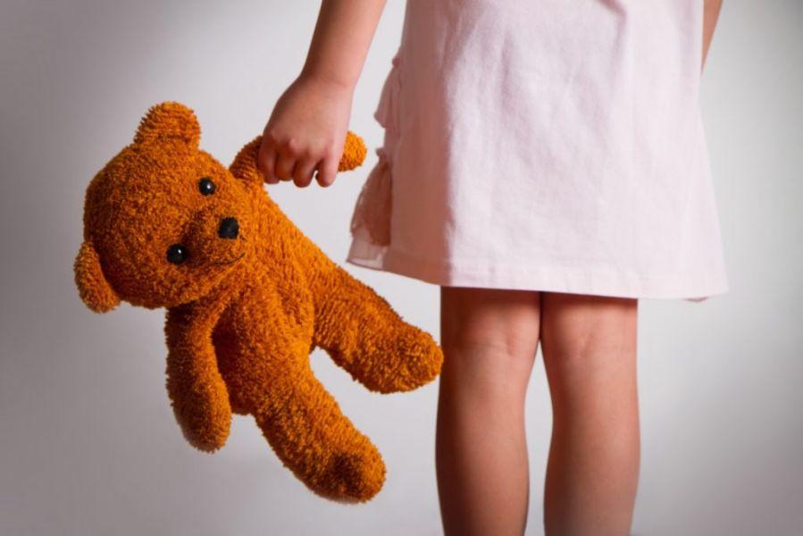 Un sujeto de 61 años quedó a cargo de una niña a la que habría violado.