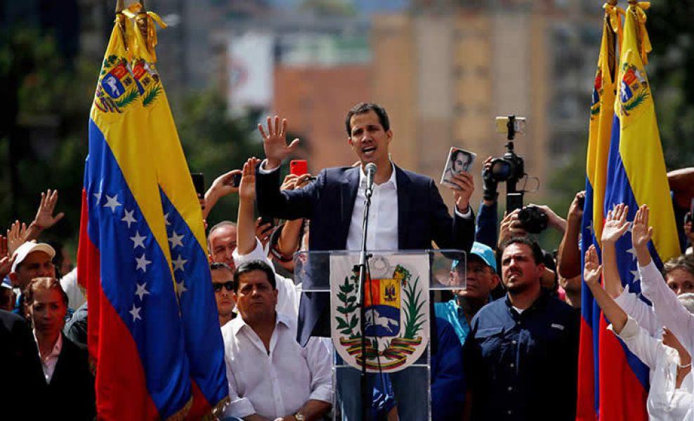El diputado opositor Juan Guaidó en el momento de su autoproclamación en barrio opositor de Chacao, Venezuela.