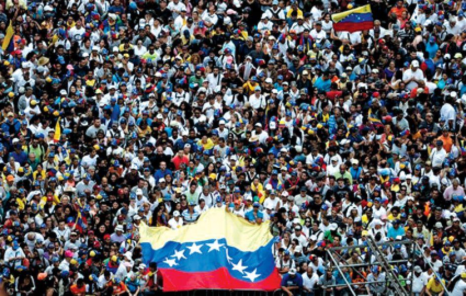 Miles de venezolanos salieron a la calle. Hubo dos marchas, una opositora convocada por Guaidó y otra en respaldo a Maduro.