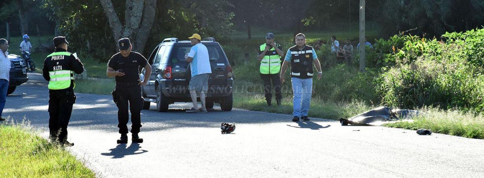 El cuerpo inerte del ciclista Marcelo Pedroza, yace sin vida en el lugar del accidente.