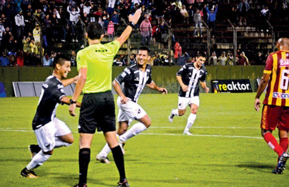 Quiroz y Núñez festejan el primer gol. Central fue efectivo.