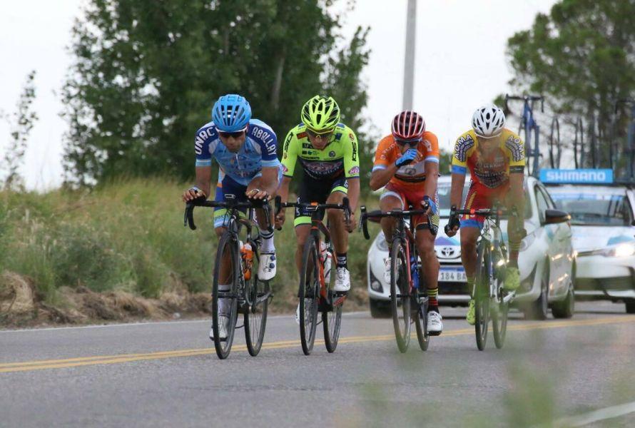 """Los """"heroes"""" de la etapa 6: Dani Díaz delante del colombiano Dayer Quintana, Daniel Zamora y Nicolás Tivani."""