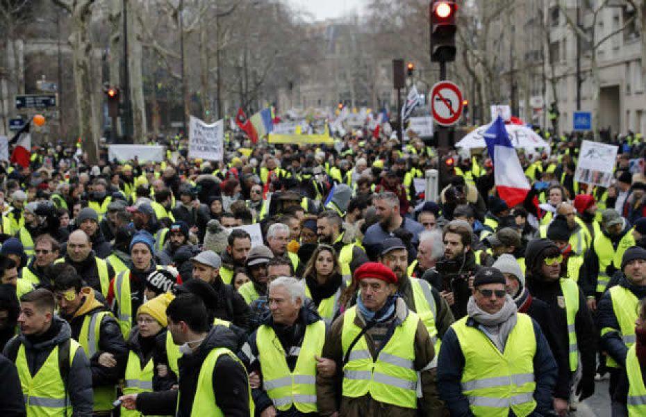 Los manifestantes en París en la duodécima marcha de protesta rindieron homenaje a los heridos en los últimos meses.