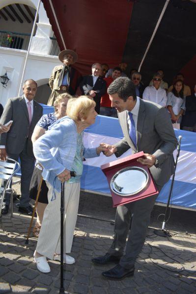 Sara Garino, hija del escultor Victor Juan Garino recibió una plaqueta del gobernador Urtubey.