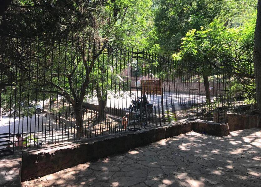 Se instalaron rejas en el sector de acceso a las escalinatas en el Cerro San Bernardo, reserva natural de uso recreativo, deportivo y turístico.