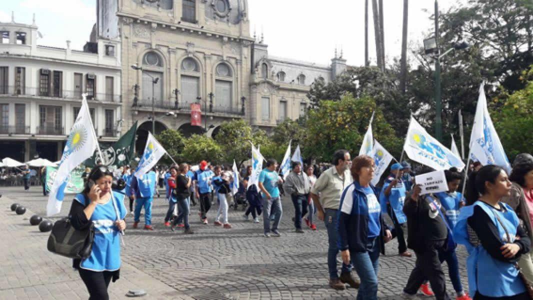 Diversas organizaciones sociales y partidarias vuelven a las calles de Salta a marchar contra los tarifazos y despidos.