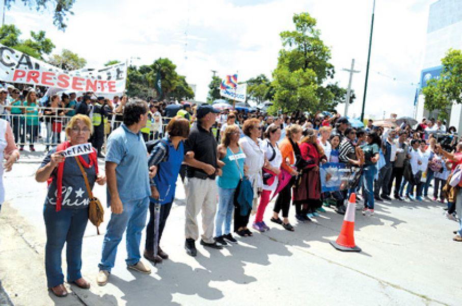 Masiva fue la marcha de ayer hacia Casa de Gobierno.