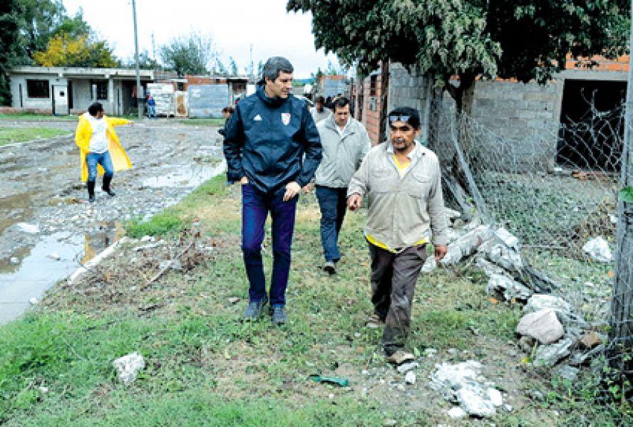 El jefe de gabinete Fernando Yarade recorrió los barrios que tuvieron inconvenientes.